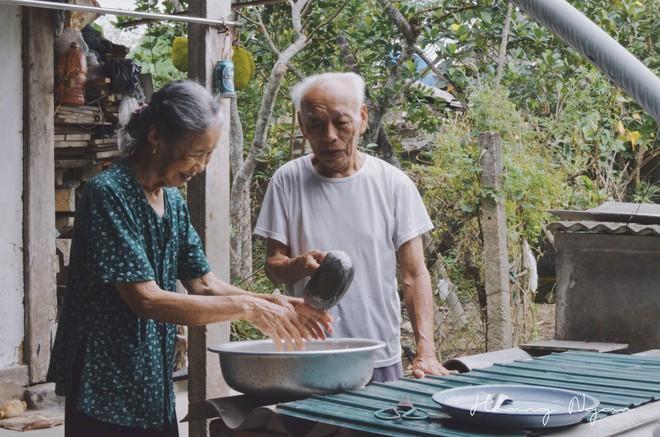 Bộ ảnh ông chải tóc, đọc thơ cho bà được chia sẻ nhiều nhất trong vòng 24 giờ và những tiết lộ phía sau  - Ảnh 4.