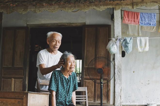 Bộ ảnh ông chải tóc, đọc thơ cho bà được chia sẻ nhiều nhất trong vòng 24 giờ và những tiết lộ phía sau  - Ảnh 7.