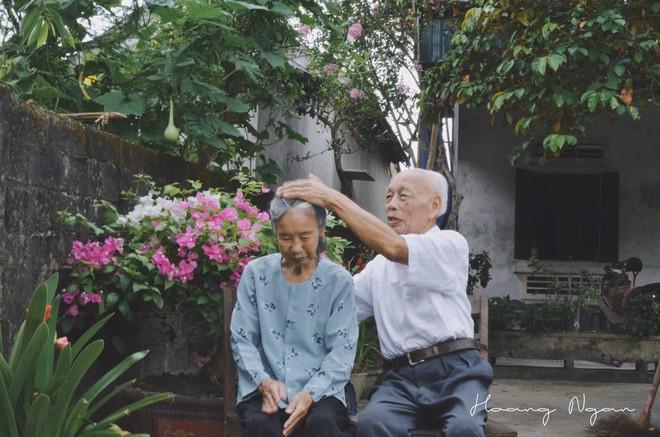 Bộ ảnh ông chải tóc, đọc thơ cho bà được chia sẻ nhiều nhất trong vòng 24 giờ và những tiết lộ phía sau  - Ảnh 12.