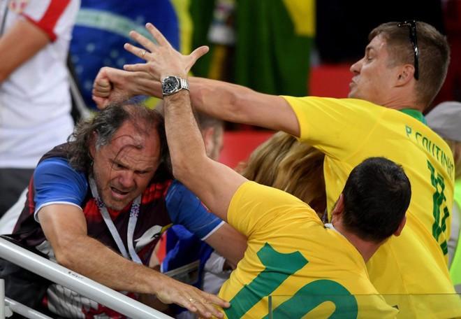 Fan Brazil túm tóc, fan Serbia vung nắm đấm dữ dội trong trận cầu sinh tử 2
