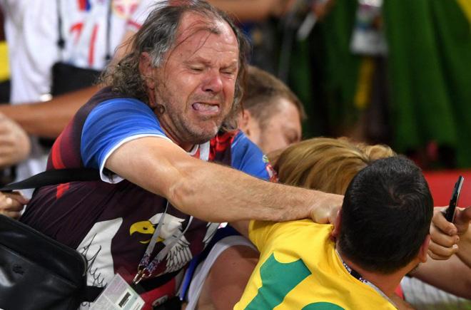 Fan Brazil túm tóc, fan Serbia vung nắm đấm dữ dội trong trận cầu sinh tử 3