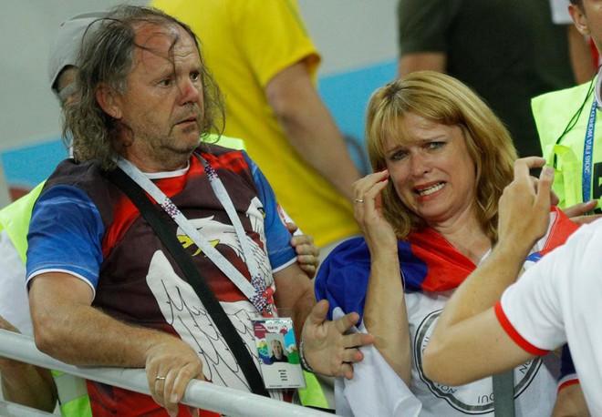 Fan Brazil túm tóc, fan Serbia vung nắm đấm dữ dội trong trận cầu sinh tử 6