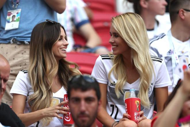 Siêu mẫu nội y Victorias Secret có hành động bất ngờ trong ngày Đức thất bại đau đớn - Ảnh 7.