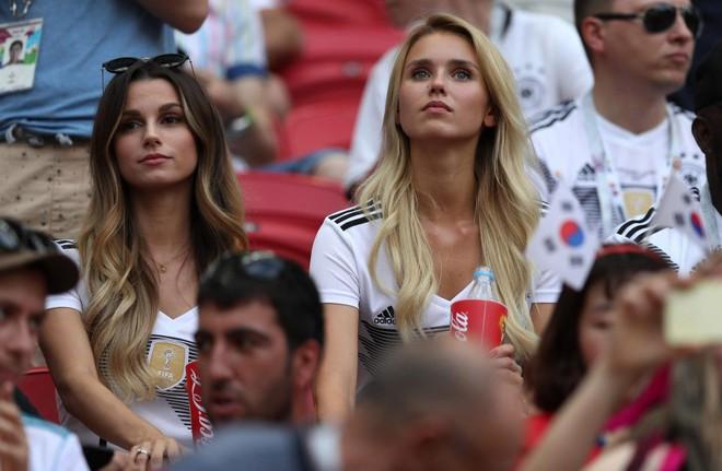 Siêu mẫu nội y Victorias Secret có hành động bất ngờ trong ngày Đức thất bại đau đớn - Ảnh 8.