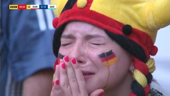 Siêu mẫu nội y Victorias Secret có hành động bất ngờ trong ngày Đức thất bại đau đớn - Ảnh 1.