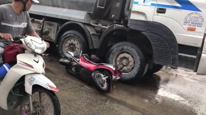CLIP: Bị cuốn vào gầm xe tải, 2 cô gái thoát chết thần kì - Ảnh 3.