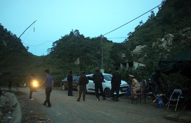 Cảnh sát lập chốt kiểm soát người ra vào