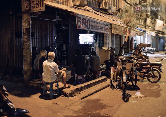 World Cup ở Sài Gòn dễ thương như cách chú Ba đem ti vi ra vỉa hè cho người lao động cùng xem - Ảnh 1.
