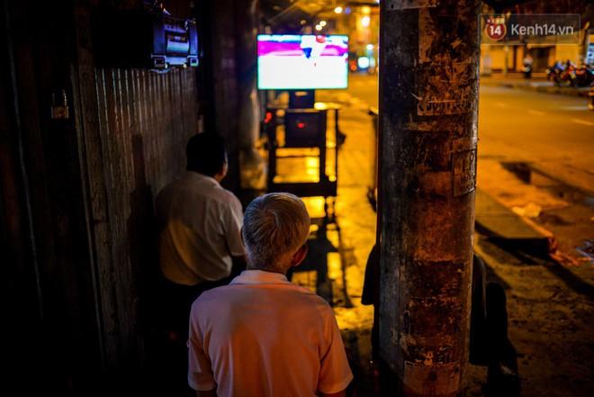 World Cup ở Sài Gòn dễ thương như cách chú Ba đem ti vi ra vỉa hè cho người lao động cùng xem - Ảnh 4.