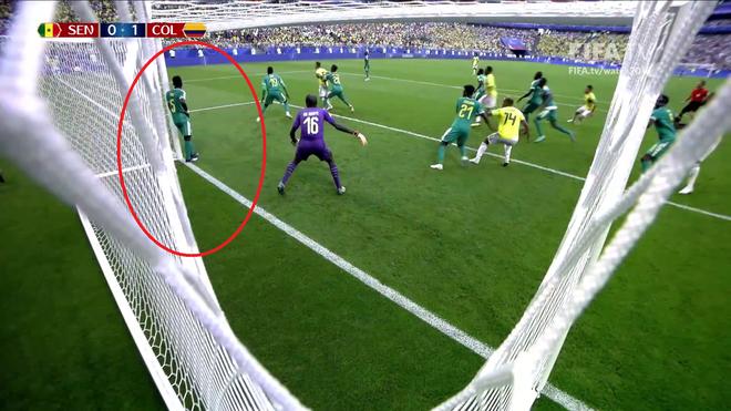 World Cup 2018: Cầu thủ gây bão với dáng đứng 'không màng thế sự', mặc kệ đội bạn ghi bàn 1