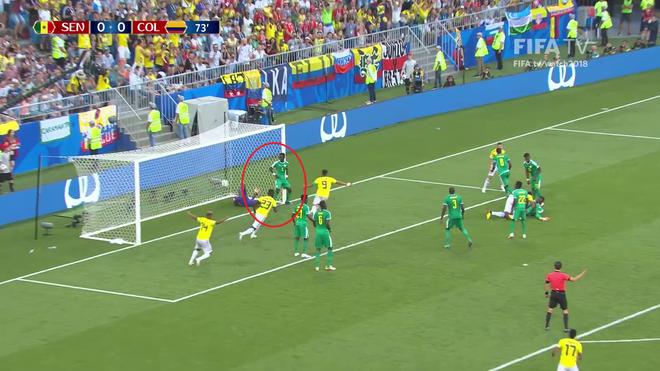 World Cup 2018: Cầu thủ gây bão với dáng đứng 'không màng thế sự', mặc kệ đội bạn ghi bàn 3