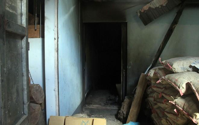 Cận cảnh bên trong căn hầm ẩn nấp của trùm ma túy trốn truy nã ở Lóng Luông - Ảnh 2.