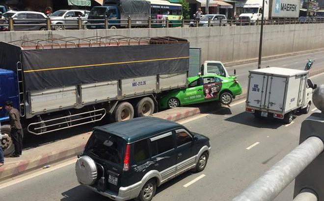 Xe tải tuột dốc gần 10m gây tai nạn liên hoàn, cuốn xe taxi vào gầm ở Đồng Nai