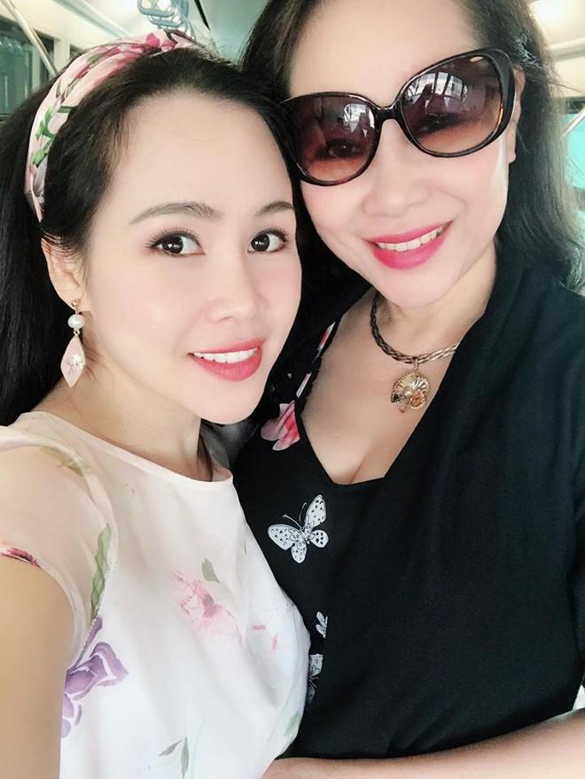 Dung nhan mẹ đẻ giàu có, sành điệu, thích du lịch khắp thế giới của diễn viên lùn nhất VN - Ảnh 1.