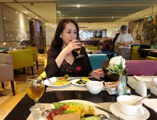 Dung nhan mẹ đẻ giàu có, sành điệu, thích du lịch khắp thế giới của diễn viên lùn nhất VN - Ảnh 14.