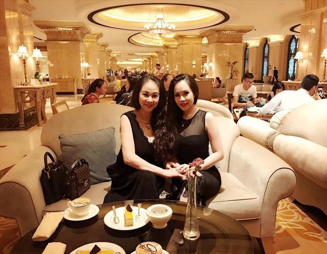 Dung nhan mẹ đẻ giàu có, sành điệu, thích du lịch khắp thế giới của diễn viên lùn nhất VN - Ảnh 5.