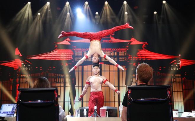 """Độc quyền từ Anh: BTC Britain""""s Got Talent nhầm phông nền Trung Quốc, Quốc Cơ - Quốc Nghiệp kiên quyết đòi thay đổi, từ chối diễn"""