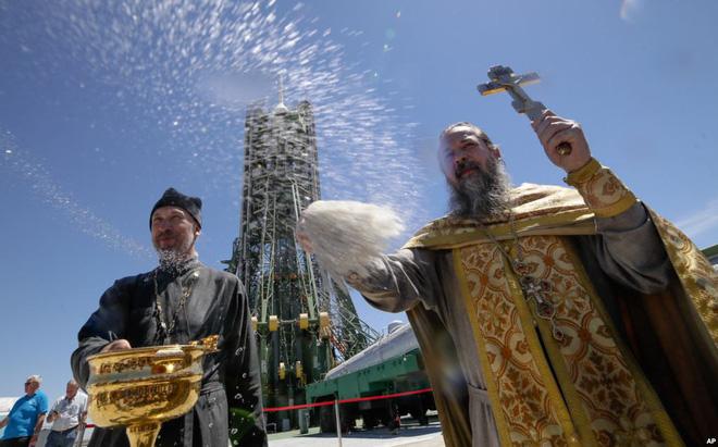 24h qua ảnh: Linh mục làm lễ ban phước trước tên lửa đẩy Soyuz FG - ảnh 9