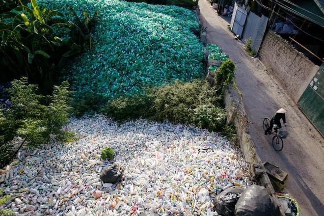 24h qua ảnh: Khung cảnh tại làng chuyên tái chế rác ở Hà Nội - Ảnh 3.