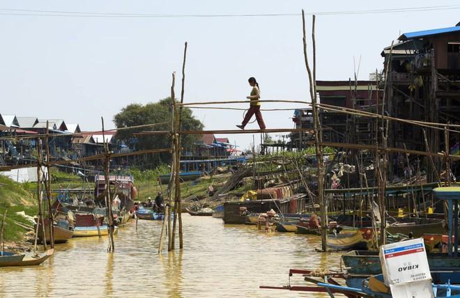 24h qua ảnh: Khung cảnh tại làng chuyên tái chế rác ở Hà Nội - Ảnh 11.