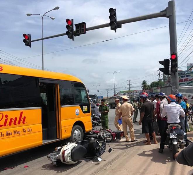 Xe khách lùa hàng loạt xe máy dừng chờ đèn đỏ, nhiều người bị thương - Ảnh 1.