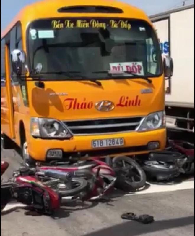 Xe khách lùa hàng loạt xe máy dừng chờ đèn đỏ, nhiều người bị thương - Ảnh 2.