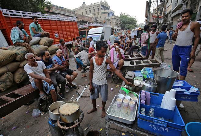 24h qua ảnh: Khung cảnh tại làng chuyên tái chế rác ở Hà Nội - Ảnh 8.