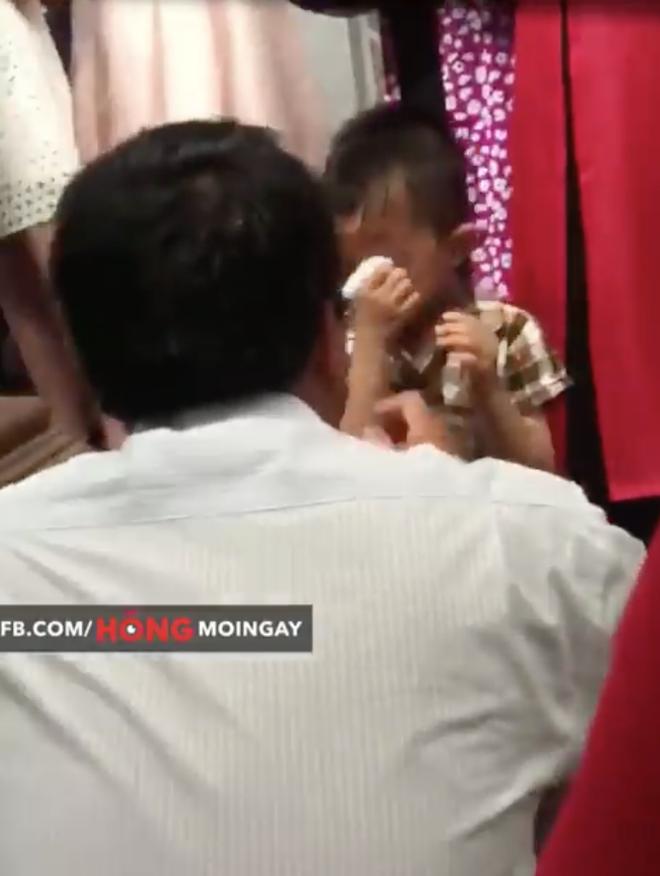 Cậu em ngồi một góc lặng lẽ khóc trong ngày cưới của chị và hành động đẹp của ông chú cuối clip - Ảnh 2.