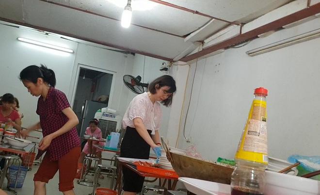 """Sốc: Người """"lạ"""" ra vào như đi chợ ở điểm thi lớp 10 tại THCS Phan Đình Giót - Ảnh 9."""