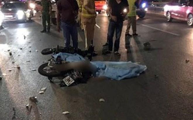 Va chạm với xe tải trên cầu Nhật Tân, thanh niên đi xe máy tử vong