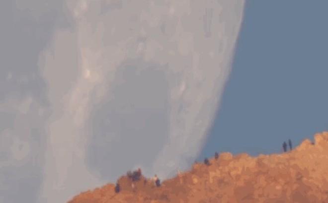 Ngỡ ngàng trước ảo giác khiến Mặt Trăng như một khối cầu khổng lồ lao xuống mặt đất