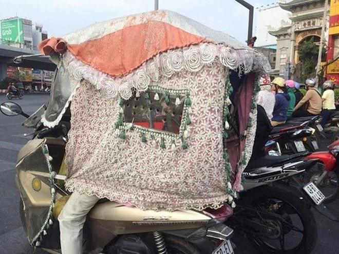 Cô gái đi xe máy bịt kín như Ninja, choàng bìa các tông quanh cổ khiến dân mạng run rẩy - Ảnh 7.