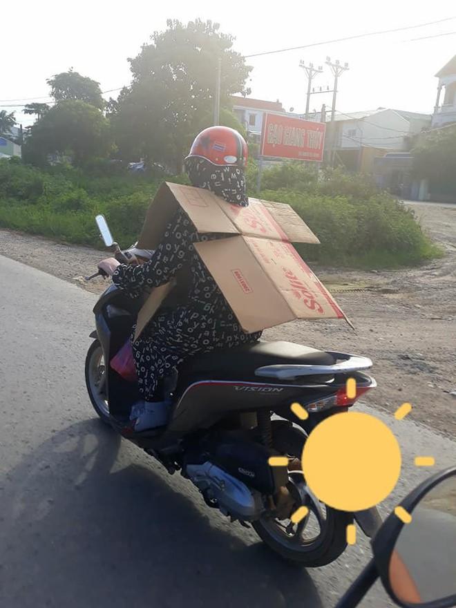Cô gái đi xe máy bịt kín như Ninja, choàng bìa các tông quanh cổ khiến dân mạng run rẩy - Ảnh 1.