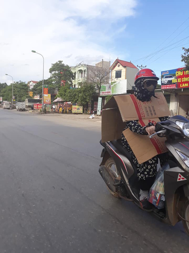Cô gái đi xe máy bịt kín như Ninja, choàng bìa các tông quanh cổ khiến dân mạng run rẩy - Ảnh 2.