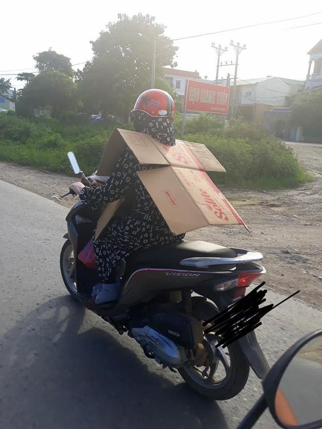 Cô gái đi xe máy bịt kín như Ninja, choàng bìa các tông quanh cổ khiến dân mạng run rẩy - Ảnh 3.