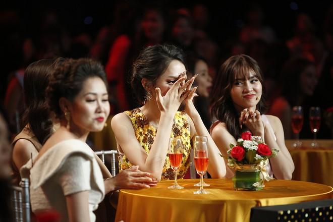 Hành động của Hương Giang bị chỉ trích thiếu lịch sự với MC Lại Văn Sâm - Ảnh 9.