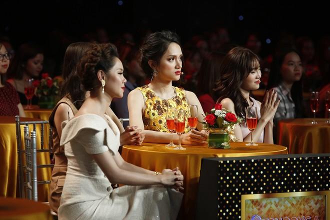 Hành động của Hương Giang bị chỉ trích thiếu lịch sự với MC Lại Văn Sâm - Ảnh 2.