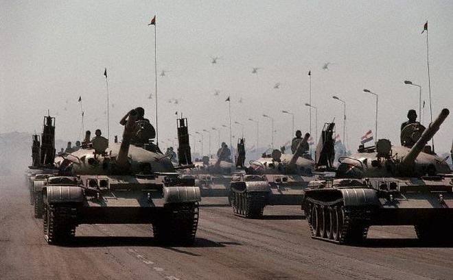 """Xuất hiện xe tăng T-62 lạ mắt: """"Rắn được vẽ thêm chân"""" theo phong cách... Triều Tiên"""