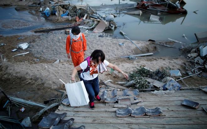 24h qua ảnh: Cá chết trắng phủ kín mặt hồ ở Hà Nội - Ảnh 5.