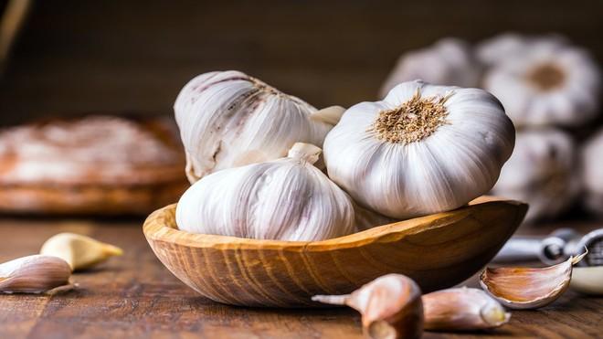 Ăn tỏi sống rất tốt nhưng nhiều sẽ bị tác dụng phụ: Người bị huyết áp, đau đầu nên lưu ý - Ảnh 2.