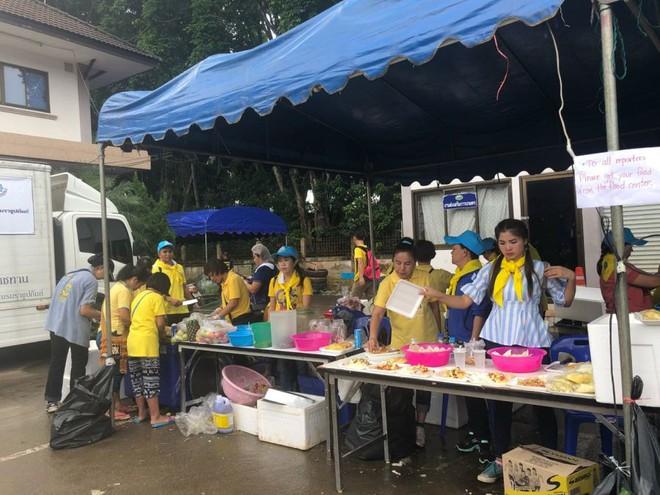 [NÓNG] Cầu thủ nhí thứ 9 đã được giải cứu khỏi hang Tham Luang, xe cứu thương rời hiện trường - Ảnh 2.