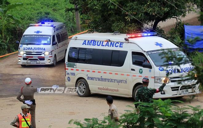 [NÓNG] Hải quân Thái Lan xác nhận đã giải cứu 12 thành viên đội bóng và HLV, trong hang còn 4 người - Ảnh 3.