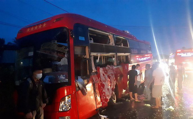 Hai xe khách đối đầu, hàng chục hành khách thoát chết trong gang tấc