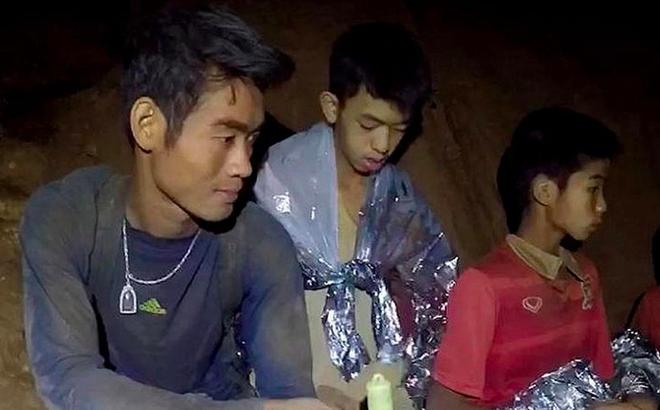"""Cảnh tượng """"toàn thân lạnh toát"""" ở hang Tham Luang và HLV trẻ """"sứ giả của trời"""""""