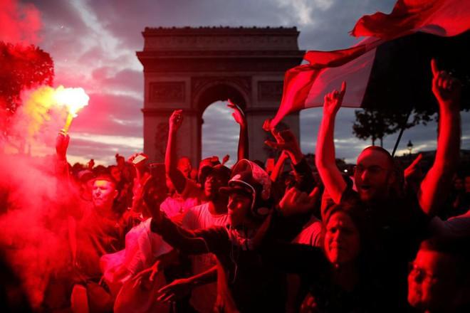 """CĐV Pháp tấn công cảnh sát, làm loạn Paris sau chiến thắng của """"Gà trống"""" - Ảnh 8."""