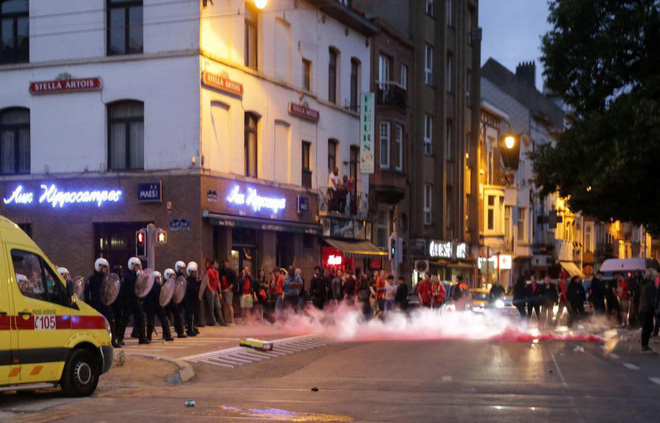 """CĐV Pháp tấn công cảnh sát, làm loạn Paris sau chiến thắng của """"Gà trống"""" - Ảnh 10."""