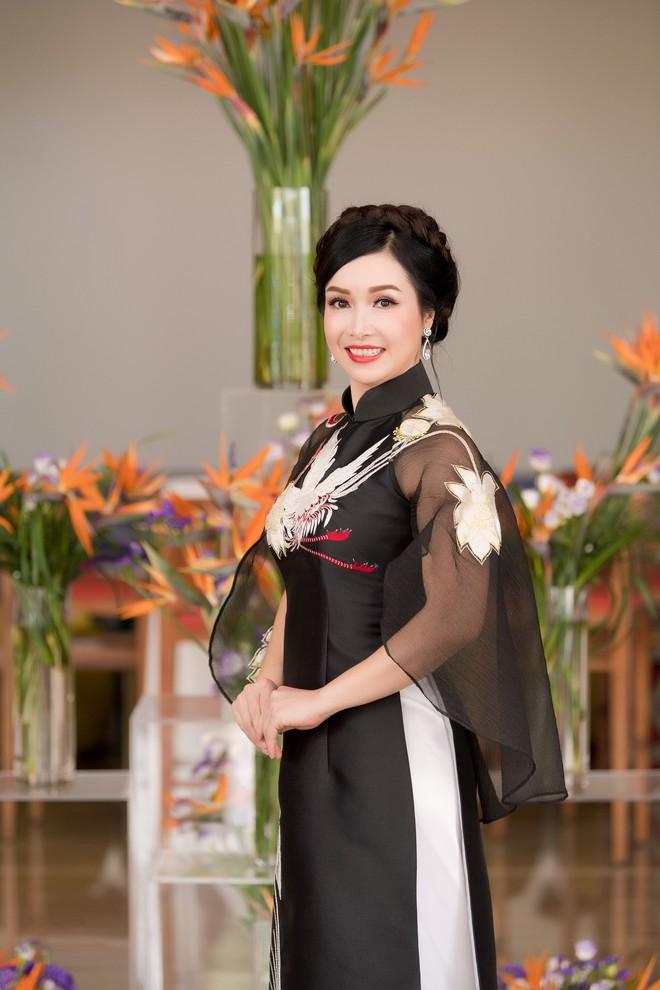 Hoa hậu đầu tiên của Việt Nam: Tôi có một người chồng rất lạ - Ảnh 2.