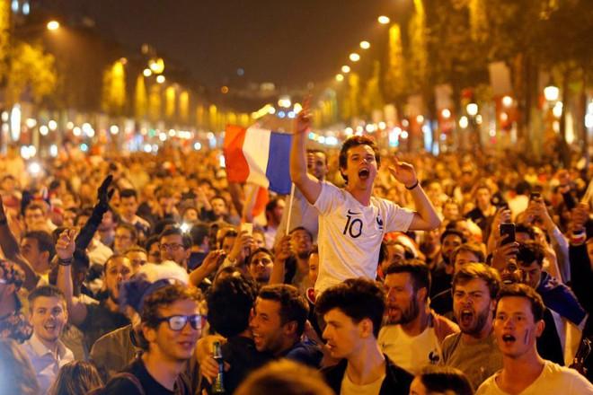 Tưởng tiếng pháo là tiếng xả súng, CĐV Pháp tạo nên một cảnh tượng gây hãi hùng - Ảnh 4.