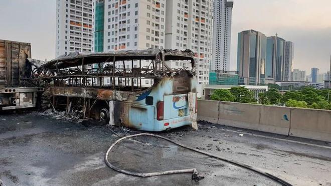 Hiện trường xe khách cháy rụi sau tai nạn trên đường vành đai 3  - Ảnh 2.