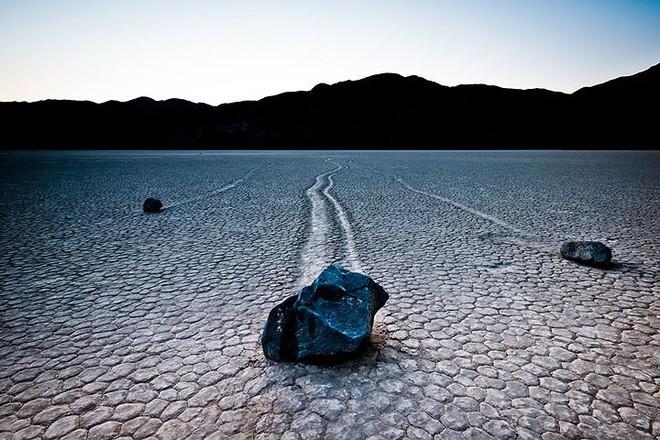 Sự thật về những hòn đá biết đi ở thung lũng chết - Ảnh 1.